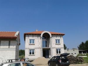 dom klasyczny z dachówką portugalką - staroklasztorną - spanish tile warsaw