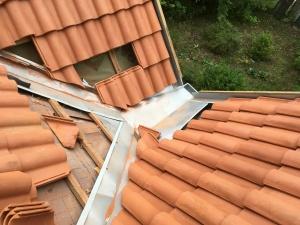 Dachówka naturalna i staranna obróbka blacharska z jednego arkusza blachy - kosz dachowy